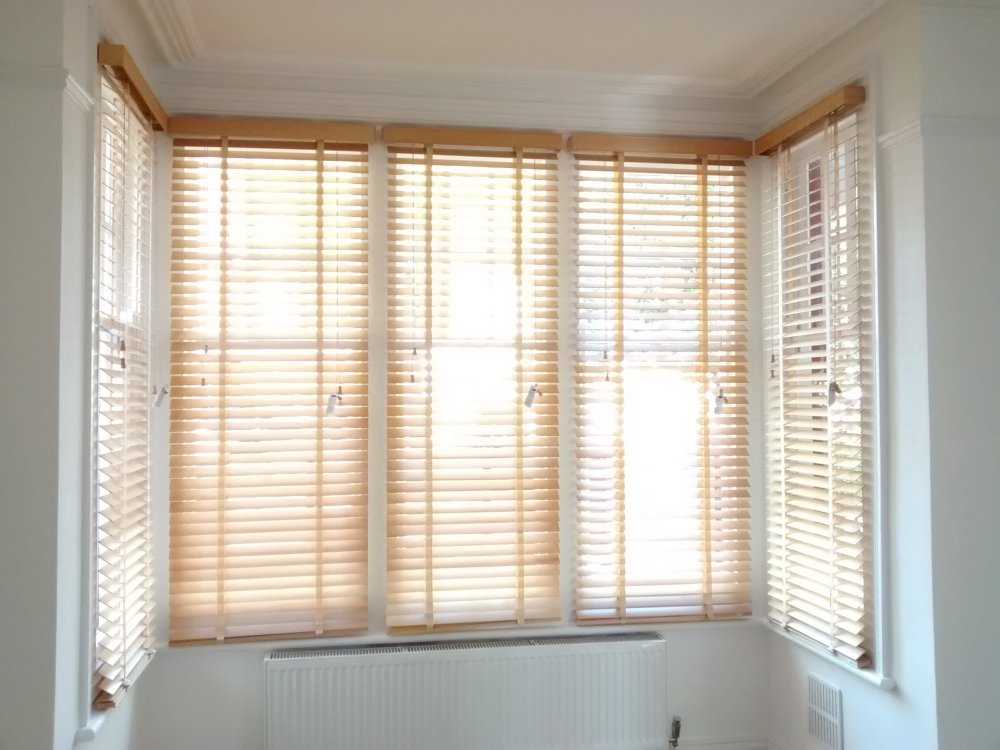 Wood venetian blinds with matching tapes for square bay window
